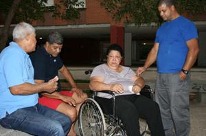 Madre del refugiado cubano junto a su esposo e hijos
