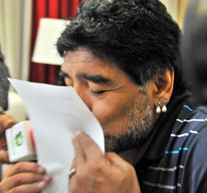 Fidel da a conocer reciente intercambio de cartas con Maradona