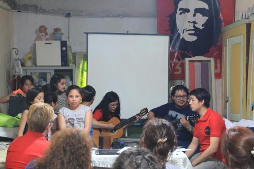 Los chicos cantan al Che