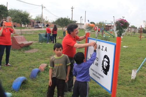 Ofrenda floral en la Plaza Che Guevara